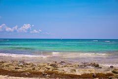 海滩热带视图 游人乘驾有降伞的帆伞运动小船 航行在波浪的游艇风帆 绿松石水  免版税图库摄影