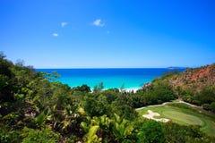 海滩热带领域的高尔夫球 免版税库存图片