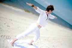海滩瑜伽 免版税图库摄影
