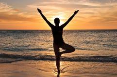 海滩瑜伽 免版税库存图片