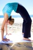 海滩瑜伽 免版税库存照片