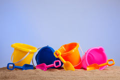 海滩用桶提五颜六色的桶行 免版税图库摄影
