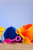 海滩用桶提五颜六色的桶行 免版税库存照片