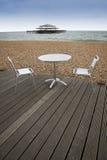 海滩用餐的布赖顿外面 免版税库存图片