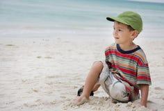 海滩男孩坐的年轻人 库存图片