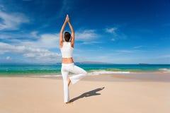 海滩白人妇女瑜伽 免版税库存图片