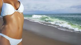 海滩白肤金发的假期的妇女年轻人 图库摄影