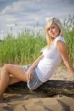 海滩白肤金发的女孩 免版税库存照片