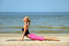 海滩白肤金发的女性锻炼 图库摄影