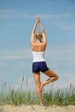 海滩白肤金发的女性锻炼 库存图片