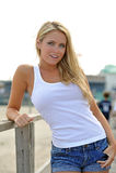 海滩白肤金发的妇女年轻人 免版税库存图片