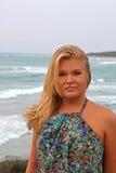 海滩白肤金发的妇女年轻人 免版税库存照片
