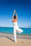 海滩白色瑜伽 库存照片