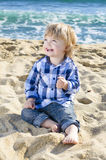 海滩的一个好男孩 免版税库存照片