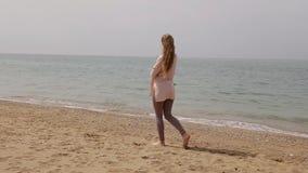 海滩的一名白肤金发的妇女由海 影视素材