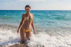 海滩的一名美丽的妇女 免版税库存照片