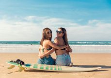 海滩的两个冲浪者女孩 库存图片