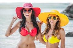 海滩的两个女孩 免版税库存照片