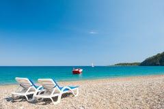 海滩的两个轻便马车休息室在凯梅尔,土耳其 图库摄影