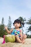 海滩的亚裔女婴 免版税库存图片