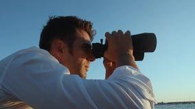 海滩的人与双筒望远镜 影视素材