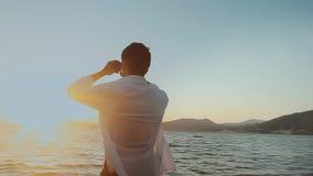海滩的人与双筒望远镜 股票视频