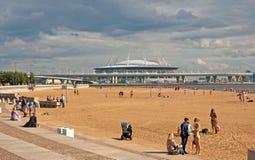 海滩的人们在圣彼德堡 俄国 库存照片