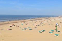 海滩的人们在夏天 免版税库存图片