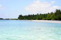 海滩的人们在天堂海岛,马尔代夫 2012年3月 库存照片