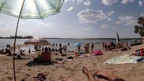 海滩的人基于 股票视频