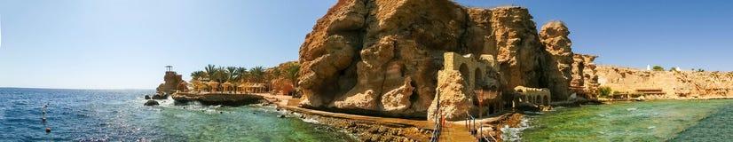 海滩的全景在礁石的在Sharm El谢赫,埃及 免版税库存图片