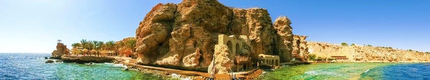 海滩的全景在礁石的在Sharm El谢赫,埃及 库存图片