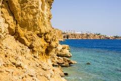 海滩的全景在礁石的在Sharm El谢赫,埃及 免版税图库摄影