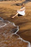 海滩的单独妇女 免版税库存照片