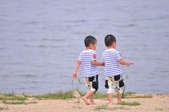 海滩的双胞胎 免版税图库摄影