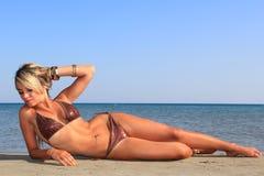 海滩的可爱的女孩 免版税库存图片