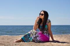 海滩的可爱的少妇 免版税库存图片