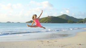 海滩的可爱的活跃女孩在暑假时 股票录像