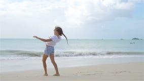 海滩的可爱的活跃女孩在暑假时 影视素材