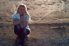 海滩的哀伤的女孩 免版税库存图片