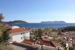海滩的地中海镇与红铺磁砖的屋顶 游艇口岸 免版税库存图片