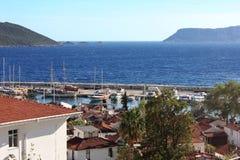海滩的地中海镇与红铺磁砖的屋顶 游艇por 免版税库存图片