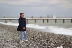 海滩的女孩,日落 免版税库存照片
