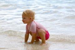 海滩的女婴 免版税库存照片