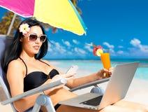 海滩的妇女与移动电话 免版税库存照片