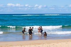 海滩的妇女印度洋在莫桑比克 免版税库存照片