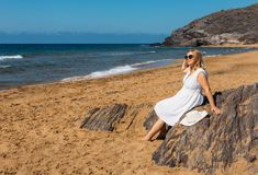 海滩的妇女在公园 免版税库存照片