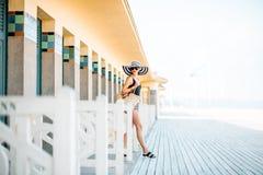 海滩的妇女在多维尔,法国 免版税库存照片