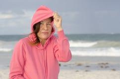 海滩的妇女在有风秋天天气 免版税库存照片