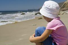 海滩的孤独的女孩 免版税库存照片